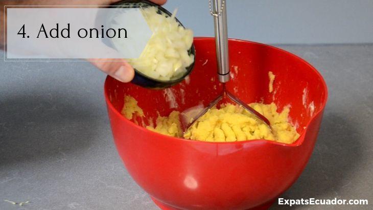 Bolon de verde - Add onion