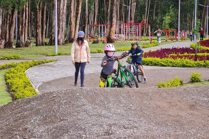Bike path with kids in Cuenca
